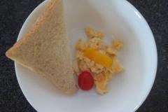 Žlutý den - míchaná vajíčka s toustíkem